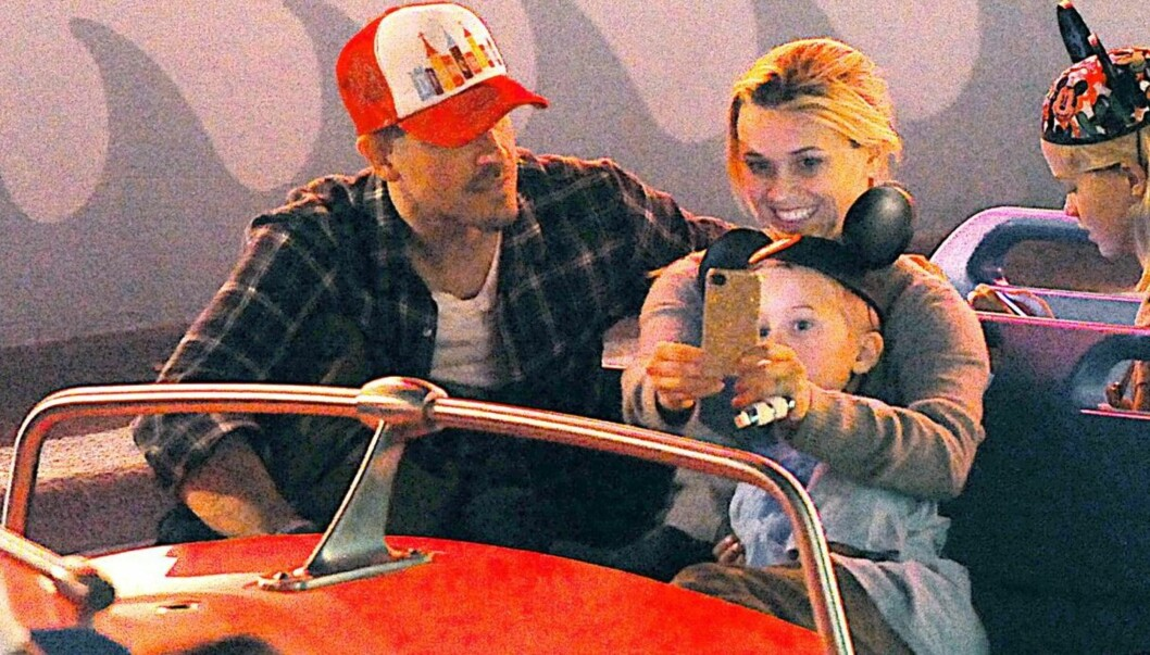 <strong>I DISNEYLAND:</strong> Reese Witherspoon og hennes ektemann Jim Toth storkoste seg i forrige uke sammen med hennes barn i fornøyelsesparken Disneyland. Foto: All Over Press