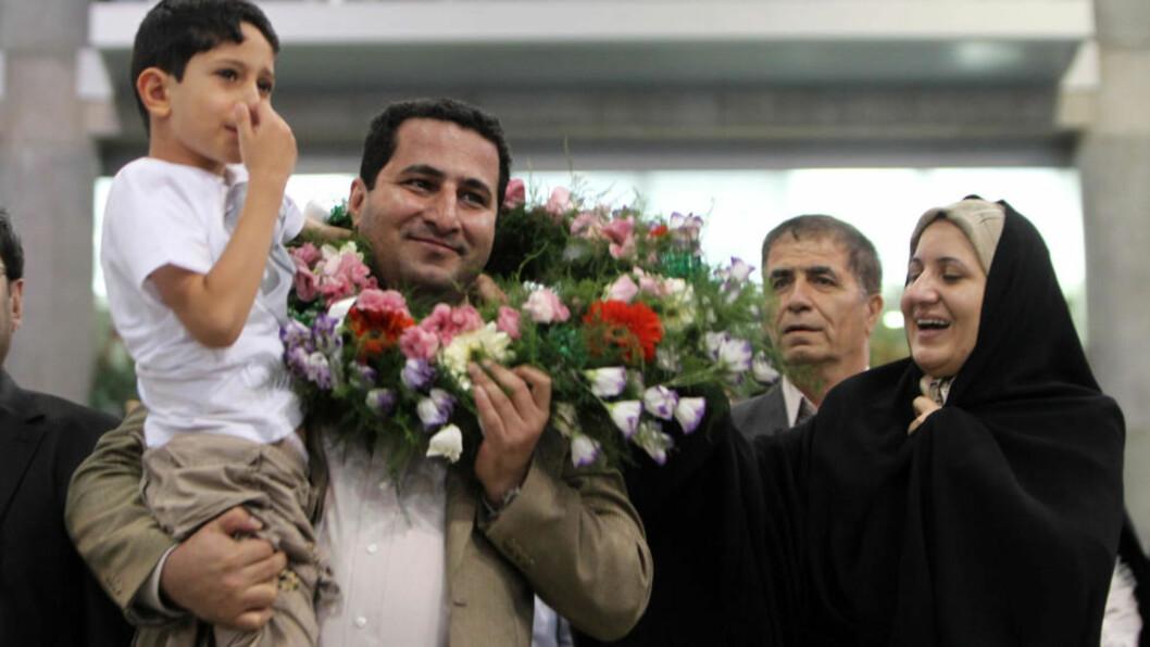 GJENFORENT: Shahram Amiri ble gjenforent med sin familie natt til torsdag etter å ha vært borte i ett år. Den iranske atomforskeren hevder han ble bortført av amerikanske CIA-agenter. Det nekter USA for. Foto: ATTA KENARE/Scanpix