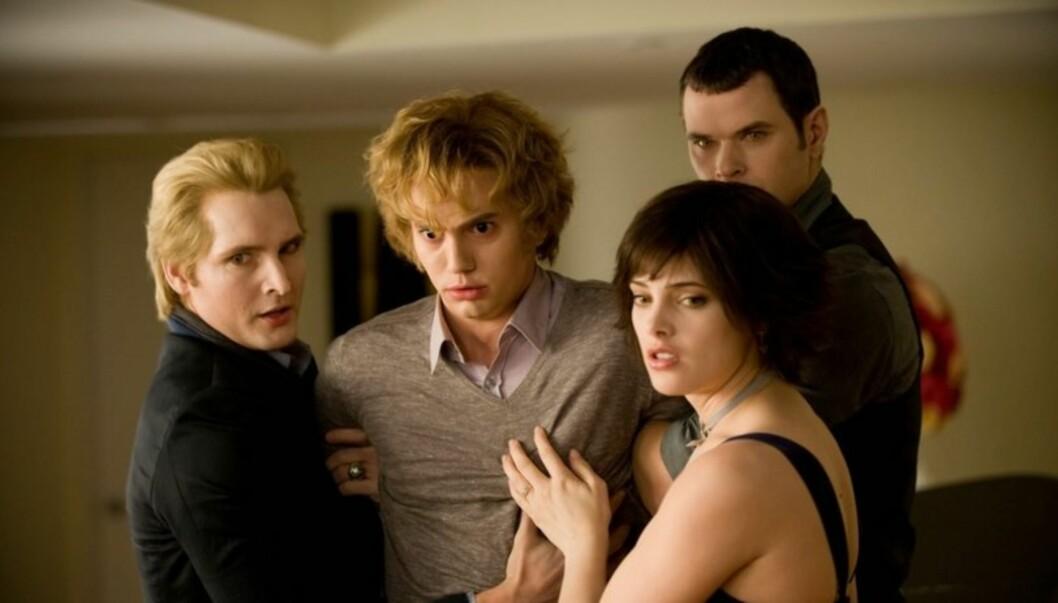 FILMSTJERNE: Jackson Rathbone ( i midten) har hatt stor suksess med sin rolle som vampyren Jasper Hale i Twilight-filmene.  Her er han sammen med kollegene Peter Facinelli (t.v.) , Ashley Greene  og Kellan Lutz. Foto: Stella