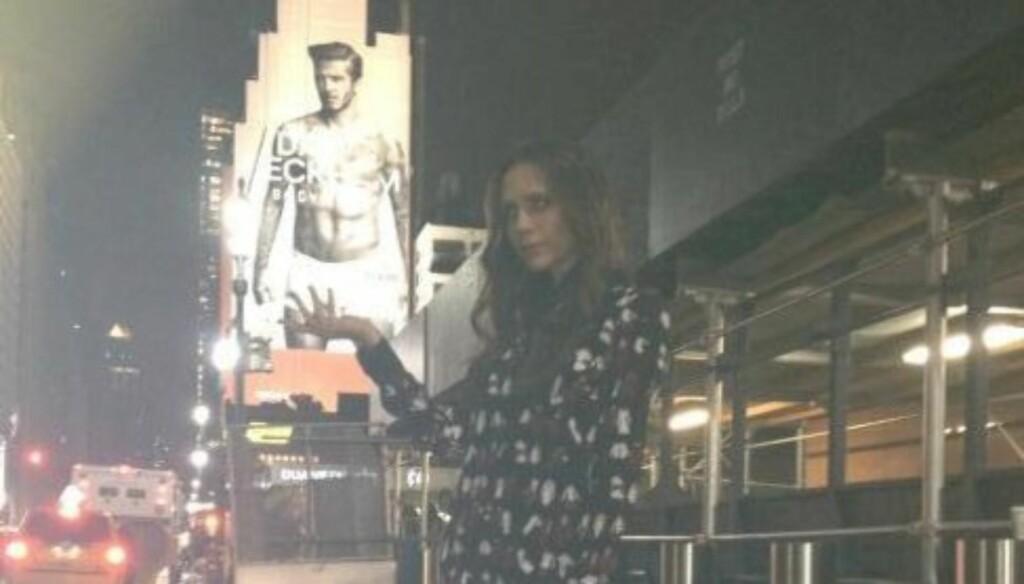 FREKT: Victoria Beckham tar grep foran ektemannens undertøysplakat i New York.  Foto: David Beckham/Facebook