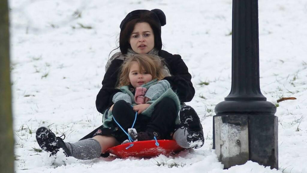 UNNA VEI: Helena Bonham Carter og datteren Nell tester det sjeldne vinterføret i en av Londons parker. Foto: All Over Press