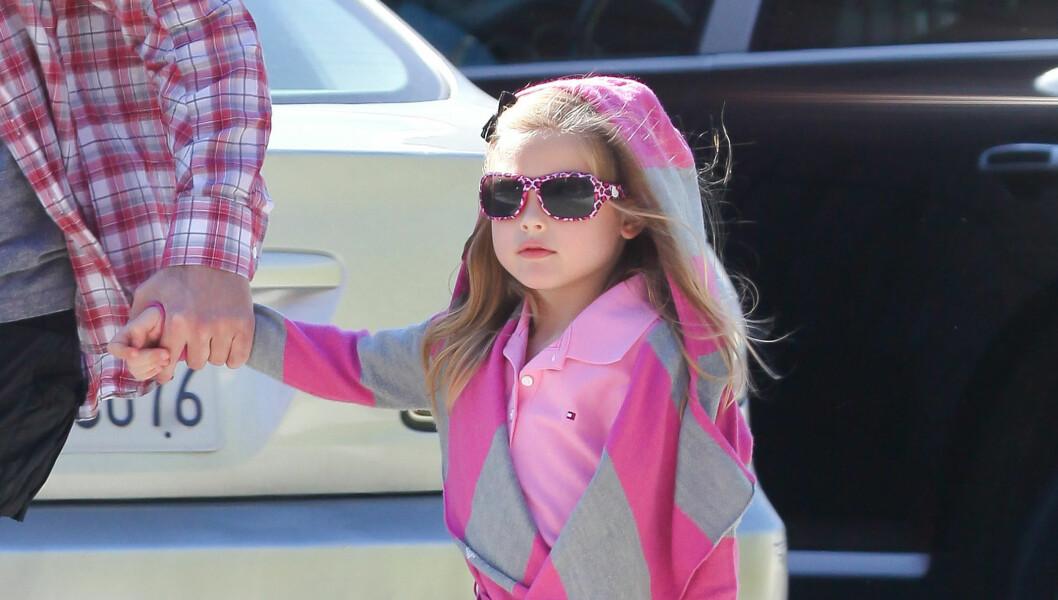 GJØR SOM MOREN: Dannielynn Smith kledd i en trendy liten rosa Guess hettegenser. Et merke Anna Nicole frontet mens hun levde.  Foto: Stella Pictures