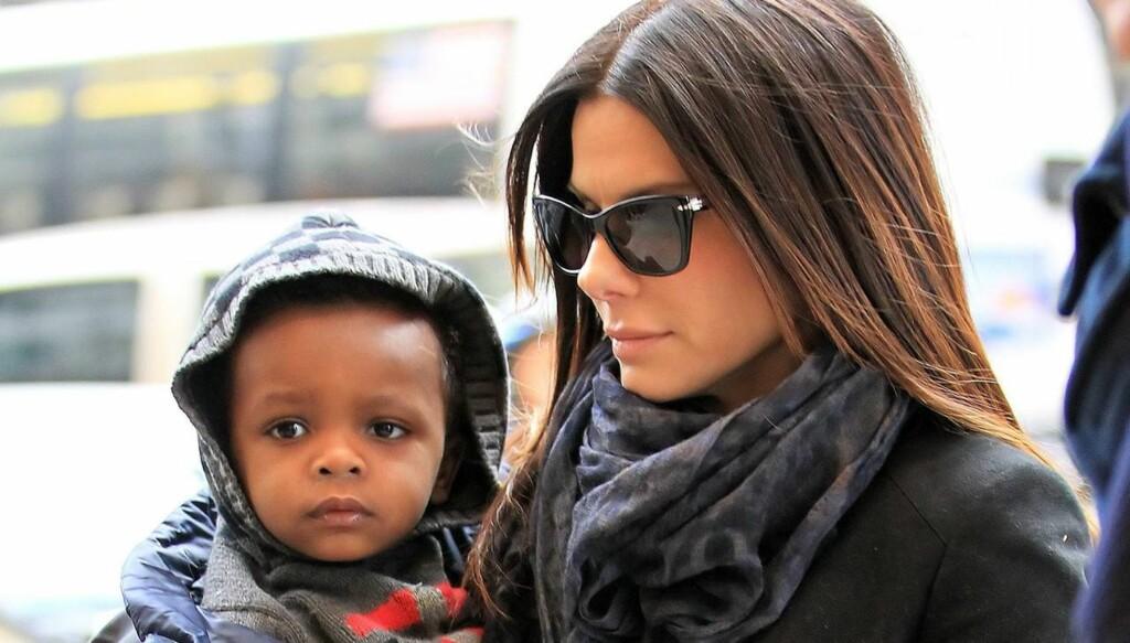 KLER OPP SØNNEN: Sandra Bullock elsker å kjøpe nye klær og tilbehør til sønnen Louis Bardo.  Foto: All Over Press