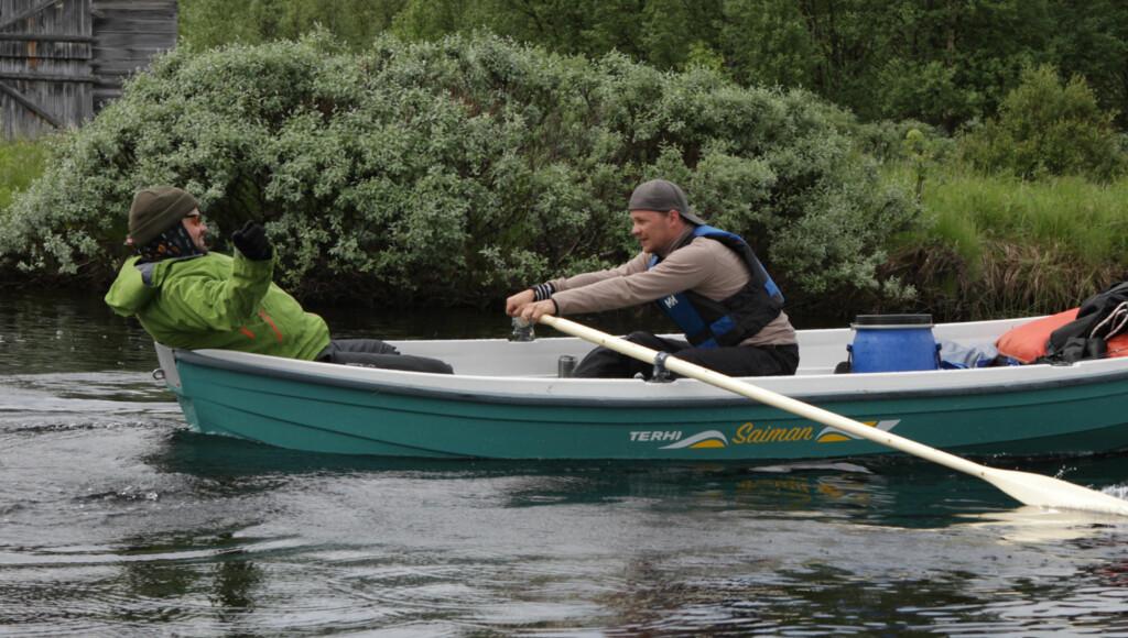 TØFF UTFORDRING: «Ingen grenser» ba på mange fysiske utfordringer for deltagerne. Her heier Bjarte Bø-Sande på Einar Angelsen, som prøver roferdighetene. Foto: NRK