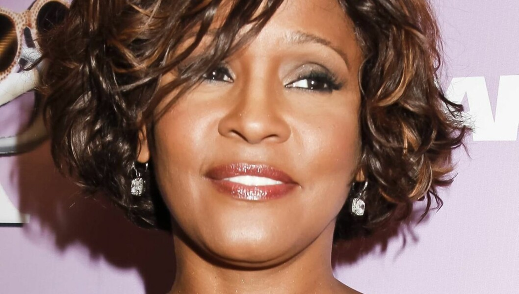NEDADGÅENDE SPIRAL: Whitney Houston skal, ifølge People, ha kjempet en tøff kamp mot negative tanker og rusmisbruk i tiden før hun døde.  Foto: All Over Press