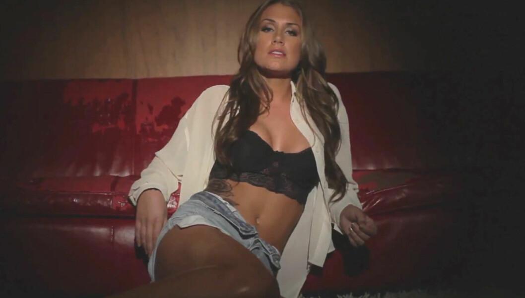 FALSK: Tone Damli poserer med falsk tatovering på magen i musikkvideoen «Look Back».  Foto: Fra videoen