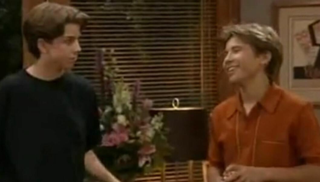 90-TALLS STJERNE: Taran Smith gjorde på 90-tallet suksess i TV-serien «Home Improvement» også kjent som «Ti tommeltotter». Her er han i en scene med Zachary Ty Bryan (t.h.). Foto: Fra serien