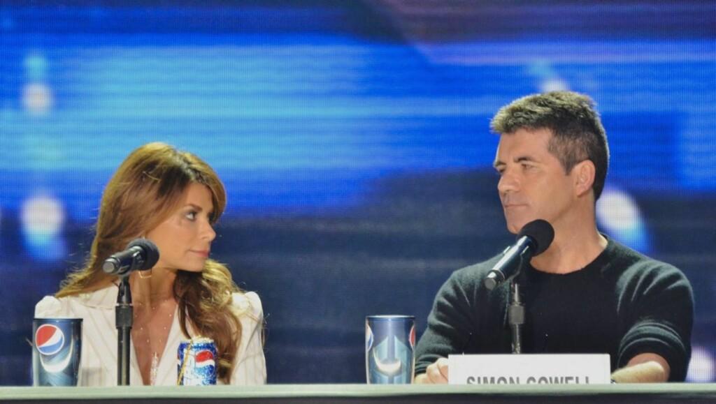RASENDE: Paula Abdul skal være sint fordi meddommer og produsent Simon Cowell ikke kjemper for at hun skal få bli værende som dommer i «X Factor».  Foto: All Over Press