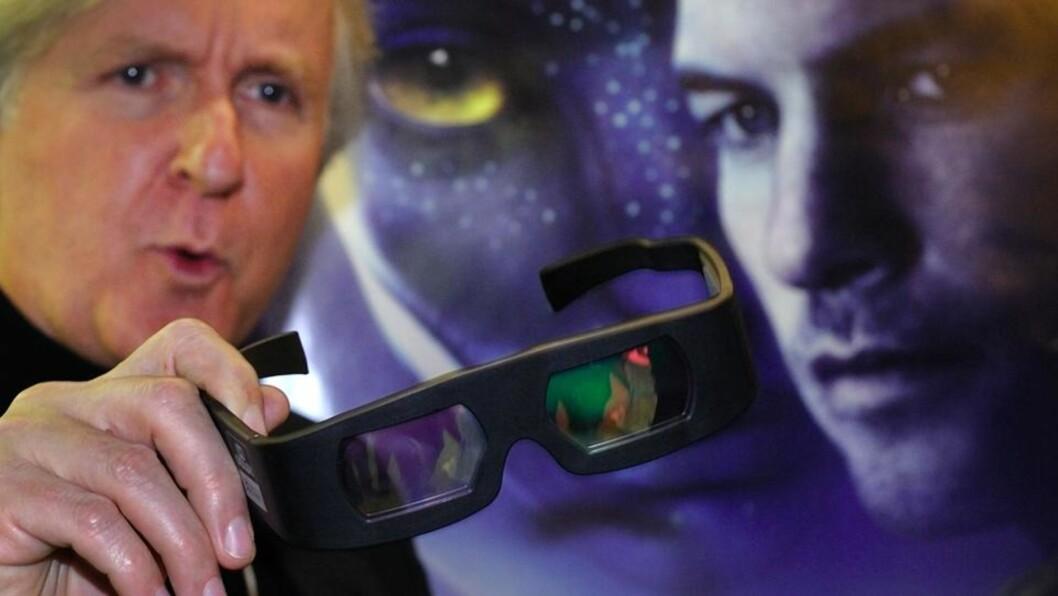 FARLIG?  Regissør James Cameron foran filmplakaten til hans store suksess Avatar, som ble vist i 3D. Foto: Scanpix