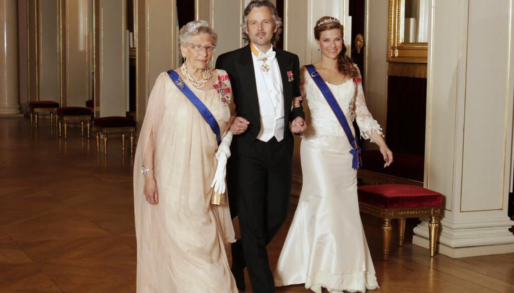 UTEBLIR: Prinsesse Märtha Louise er ikke tilstede når prinsesse Astrid skal feires på slottet på søndag. Her er Märtha og Astrid sammen med Ari Behn under et tidligere statsbesøk på slottet.  Foto: Scanpix
