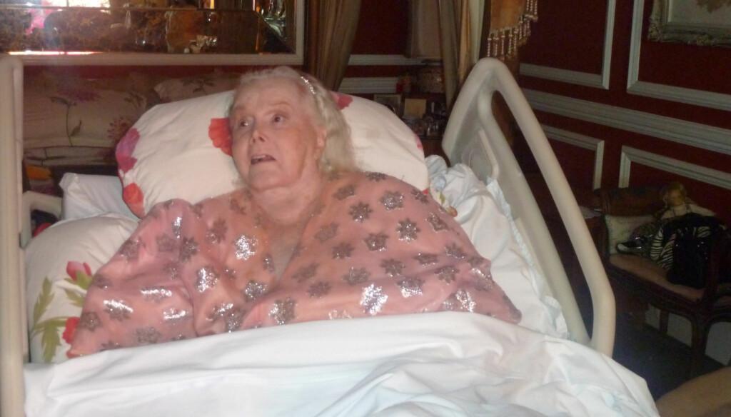 BLE 95: Den tidligere filmstjernen, Zsa Zsa Gabor, har blitt 95 år gammel. Det ble feiret - uten at hovedpersonen fikk være med. Her er hun avbildet i sykehussenga ved en tidligere anledning. Foto: All Over Press