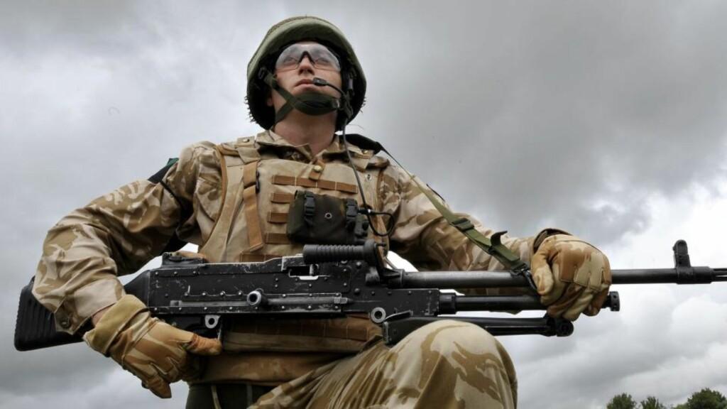 KOSTER SKJORTA: De alliertes krigføring i Afghanistan koster mange milliarder mer enn hva som brukes til gjenoppbygging av landet. Foto: EPA