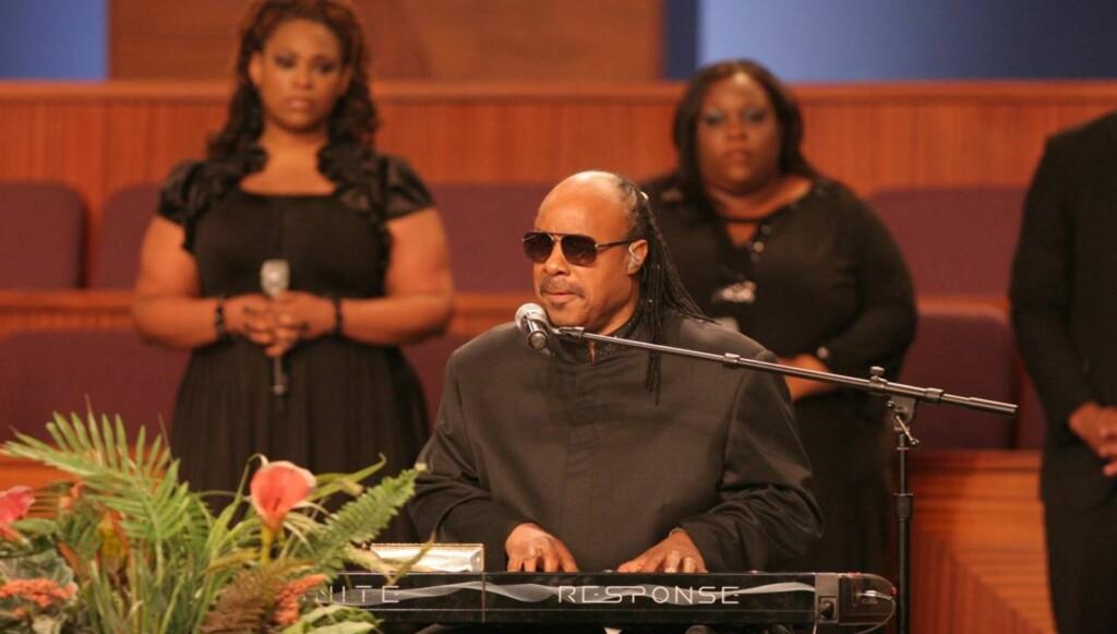 MUSIKK: Stevie Wonder bidro med sin karakteristiske stemme da Etta James ble bisatt i California i helgen.  Foto: All Over Press