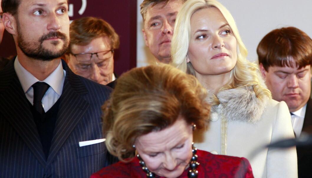 TÅREVÅTT: Kronprins Haakon, kronprinsesse Mette-Marit og dronning Sonja ble alle sterkt rørt under mottagelsen i Kunstindustrimuseet i anledning regjeringens gave til kongeparet.  Foto: Scanpix