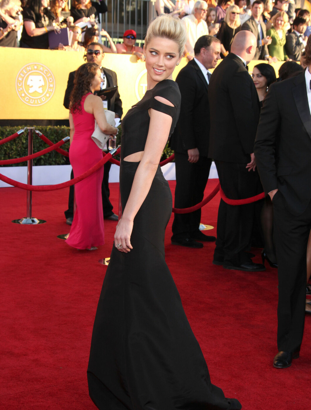 MODERNE KLASSIKER: Den vakre modellen og skuespilleren Amber Heard (25) valgte en moderne Zac Posen-kjole med åpne partier og sexy havfruesilhuett.  Foto: All Over Press