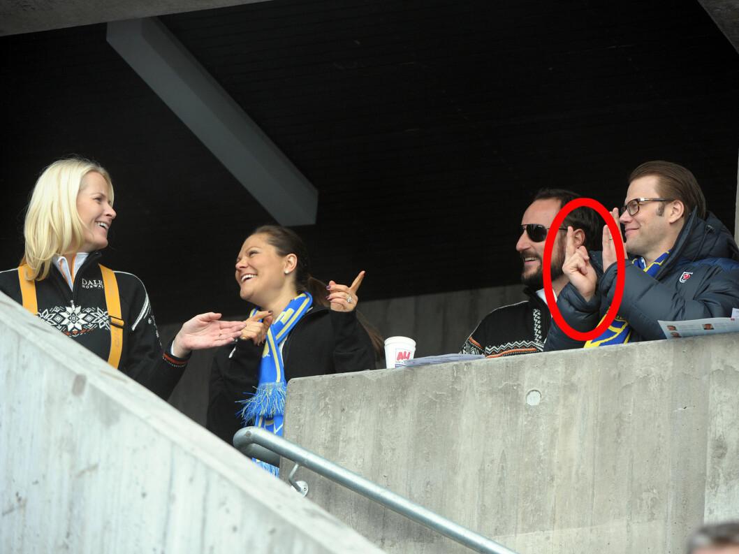 VISTE FINGERE: Prins Daniel viser fingeren på tull under Ski.VM i Oslo i 2011, til stor forlystelse for kronprinsessene Mette-Marit og Victoria. Foto: All Over Press/Aftonbladet