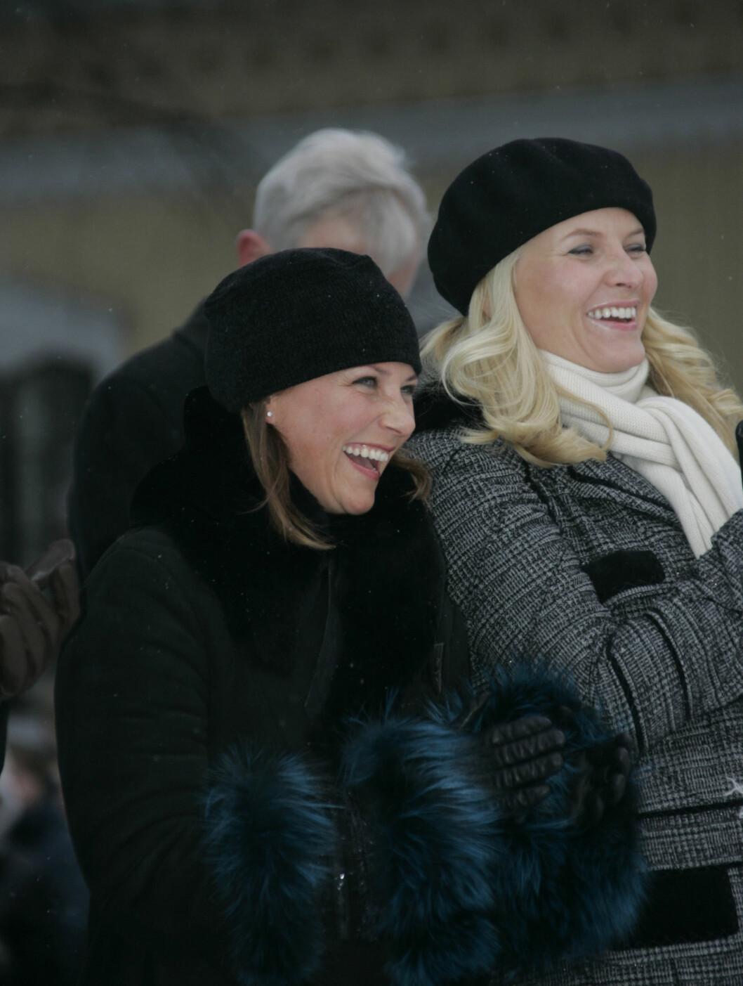 KONGENS BURSDAG: Svigerinnene Märtha Louise og Mette-Marit morer seg under avdukingen av statuen av kong Haralds mor kronprinsesse Märtha i slottsparken i 2007. Foto: Stella Pictures
