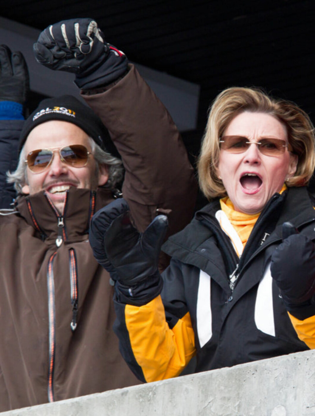 JUBELBRØL: Ari Behn og svigermor dronning Sonja på kongetribunen under Ski-VM i Oslo. Foto: Stella Pictures