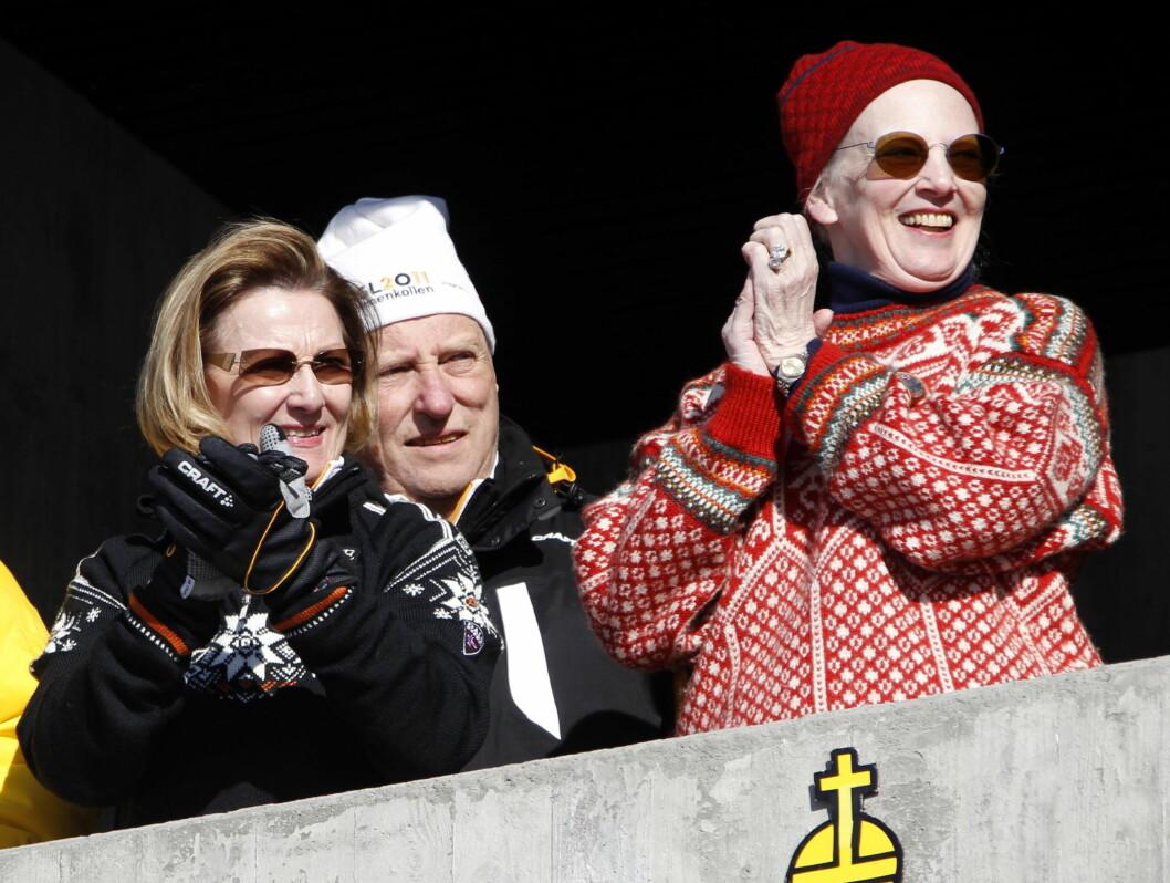 DANSK SKIGLEDE: Dronning Margrethe koser seg sammen med kong Harald og dronning Sonja på kongetribunen i Holmenkollen. Foto: Scanpix