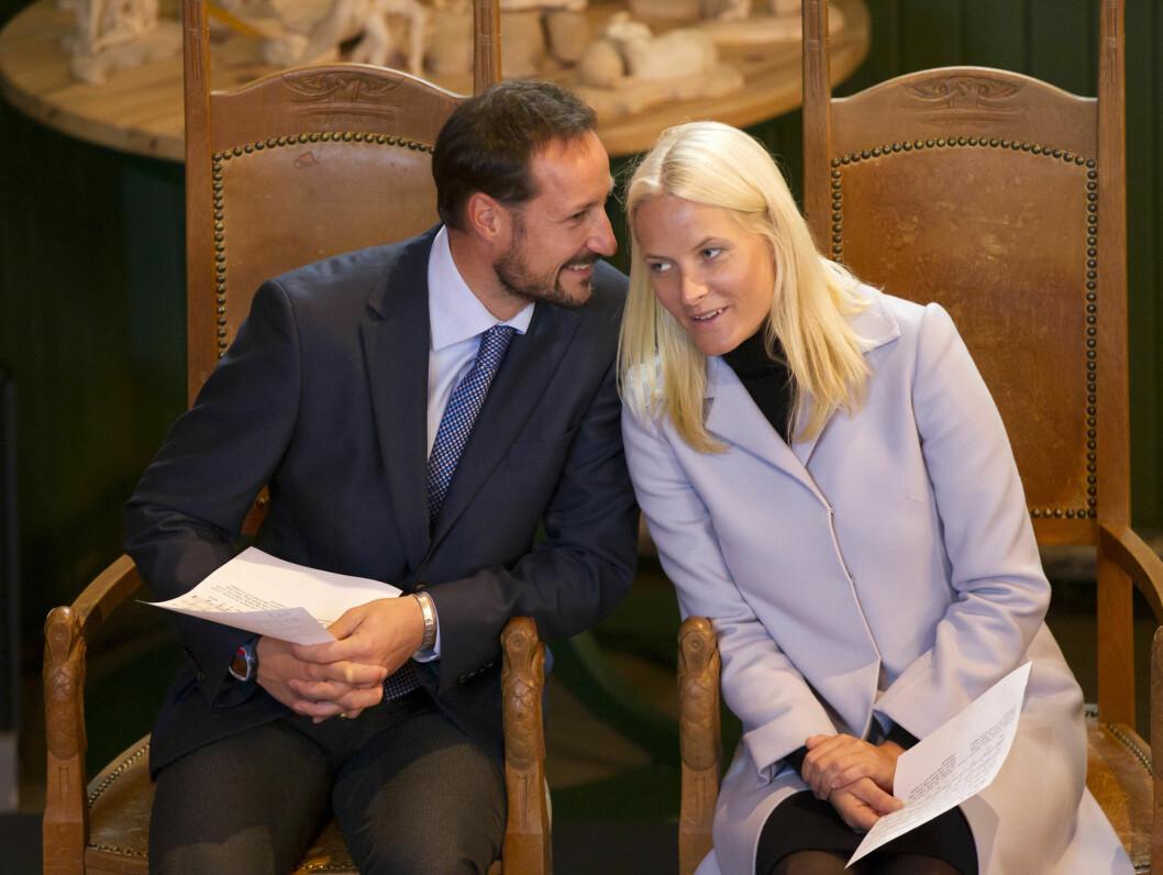 GOD TONE: Det er ofte smil og latter når ekteparet Haakon og Mette-Marit er sammen i det offentlige rom. Foto: Stella Pictures