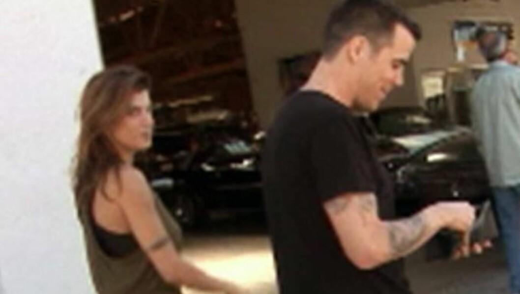 DATER STEVE-O: George Clooneys eks-kjæreste Elisabetta Canalis har nå innledet et forhold til komikeren Steve-O, ifølge Radaronline.com. Her er de to på gaten sammen i nærheten av hennes hjem. Foto: All Over Press