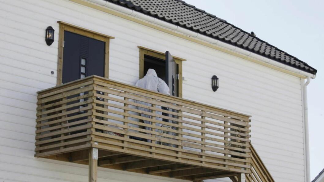 <strong> DRAPSÅSTED:</strong>  Politiets etterforskere på vei inn i leiligheten der Lievi Sørensen ble drept. FOTO: TOR ERIK SCHRØDER, SCANPIX.
