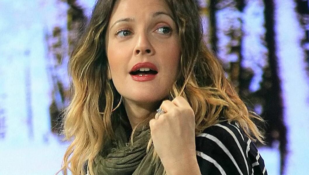 <strong>STRÅLER:</strong> Drew Barrymore viste frem forlovelsesringen på 4-karat, da hun onsdag denne uken var gjest på «Good Morning America». Foto: All Over Press