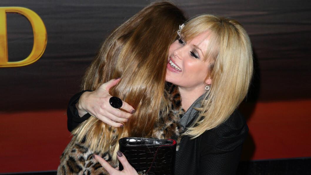 MED DATTEREN: Amanda Holden med sin seks år gamle datter Lexi. Mandag fødte hun sin nye datter Hollie under svært dramatiske omstendigheter. Foto: All Over Press