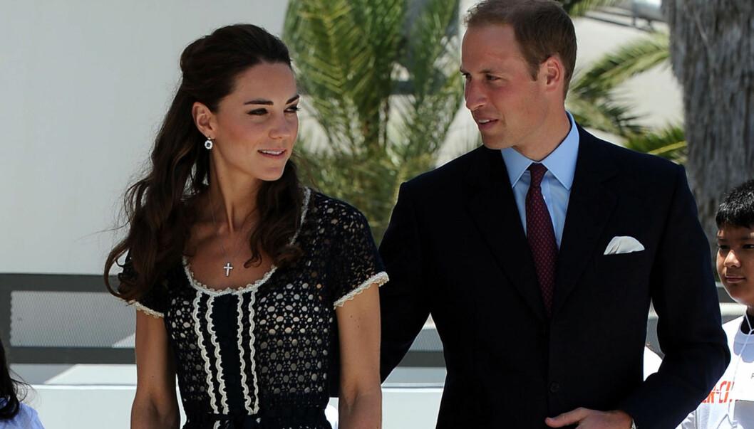 FORELSKET: Ifølge People.com skal hertuginne Kate og prins William tilbringe noen rolige dager sammen på den karibiske øya Mustique de kommende dagene. Her er hertugparet avbildet sammen ved en tidligere, mer formell anledning. Foto: All Over Press