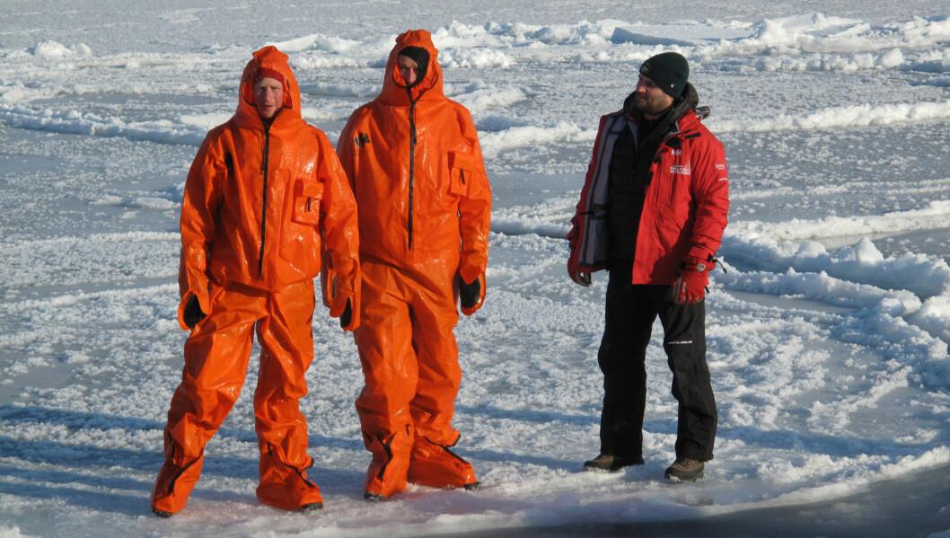 SVALBARD: Storbritannias prins Harry (t.v.) prøver svømmedrakten under trening og forberedelser på Svalbard. Han deltok på ekspedisjonen «Walking with the Wounded», sammen med en gruppe britiske krigsveteraner som gikk på ski til Nordpolen i fjor. Foto: Scanpix