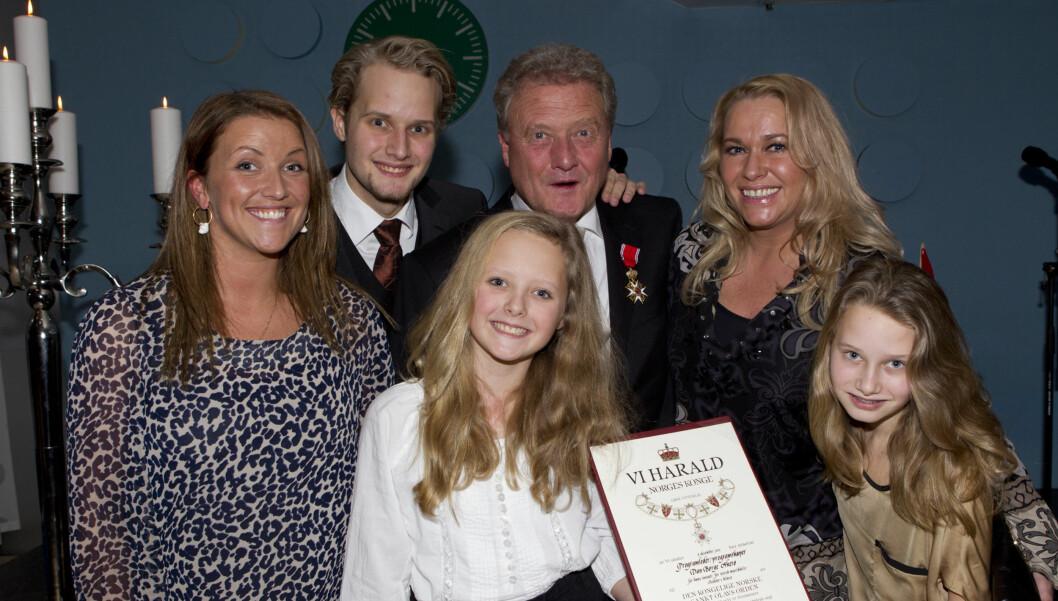 STOLTE: Programlederens kone (øverst til høyre) og fire barn var stolte av 60-åringen.  Foto: Stella Pictures