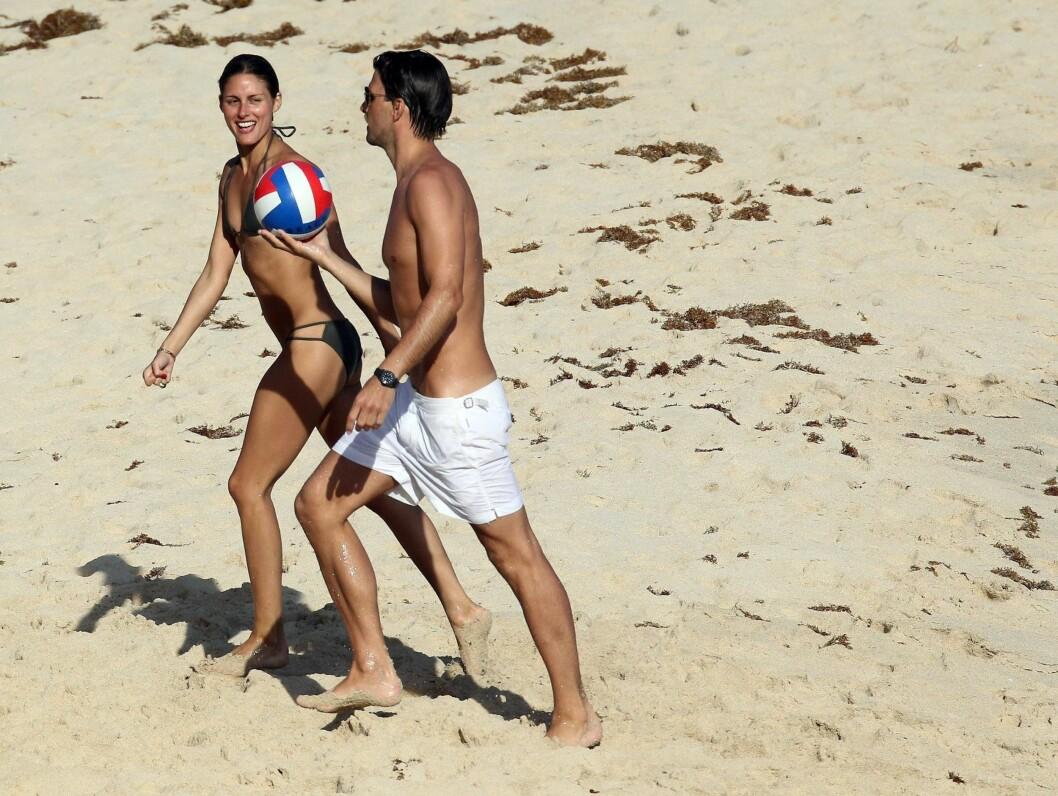 FLOTTE: Olivia Palermo og kjæresten viser frem sine flotte kropper på stranden. Foto: Stella Pictures