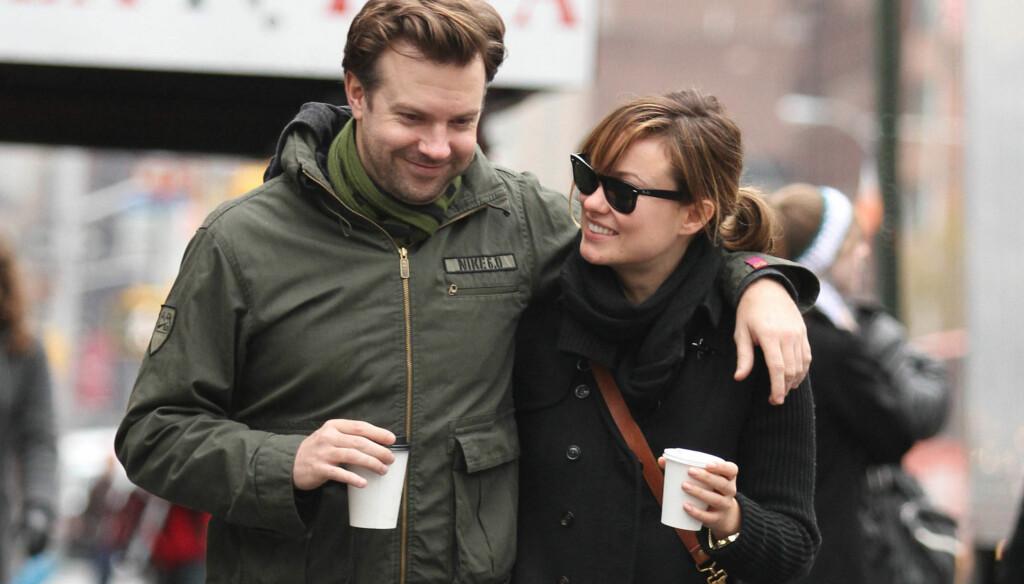 KOS: Olivia og Jason på spasertur i New Yorks gater med hver sin kaffekopp. Foto: Stella Pictures