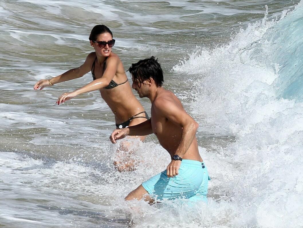 I BØLGENE: Modell-paret lekte seg i bølgene på den karbiske ferieøya. Foto: Stella Pictures