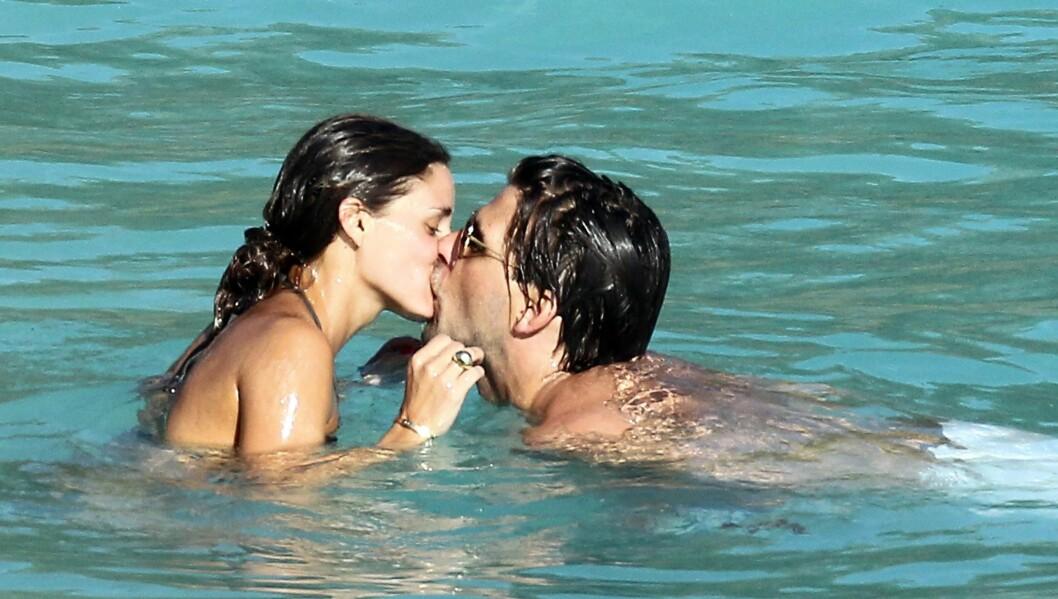 FORELSKET: Olivia Palermo og kjæresten Johannes Huebl klarte ikke å holde følelsene tilbake, og kysset i vannet på den karibiske ferieøya. Foto: Stella Pictures