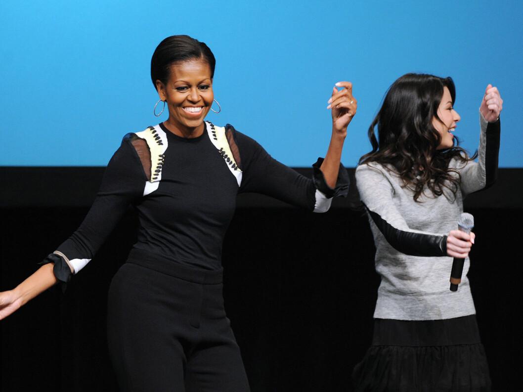 <strong>MORO:</strong> Det så ut til at Michelle stortrivdes på scenen. Her med Nickelodeon-skuespilleren Miranda Cosgrove, som spiller Carly Shay. Foto: Stella Pictures