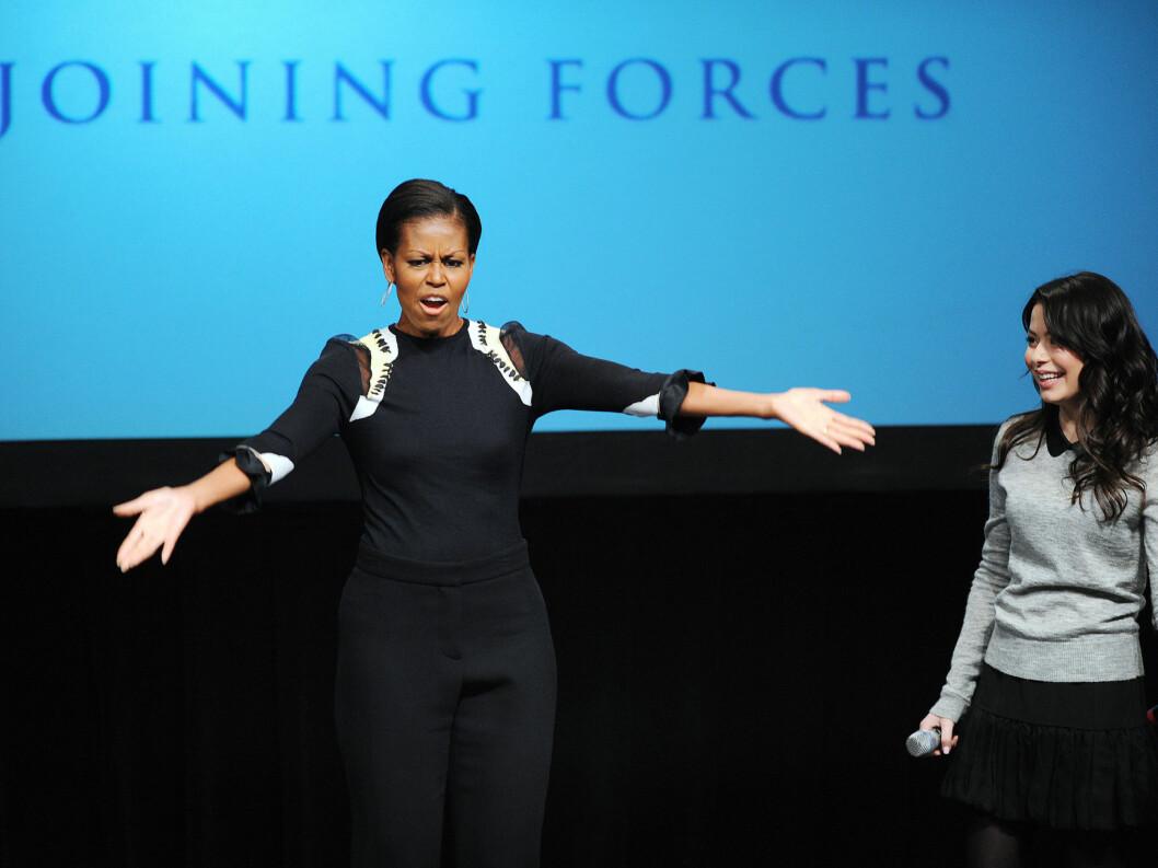 <strong>ALLE SKAL MED:</strong> Michelle Obama sørget for at alle tok del i dansingen. Foto: Stella Pictures