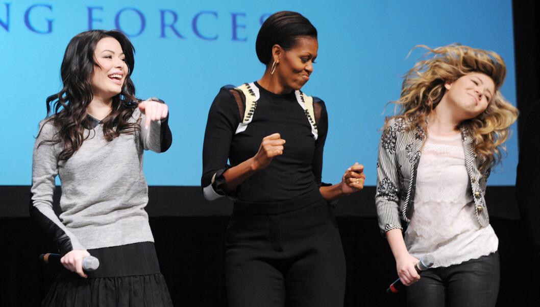 <strong>SHAKE:</strong> Michelle Obama danser på scenen til kategorien «tilfeldig dansing» med ungdom fra TV-kanalen Nickelodeon, i forbindelse med et opptak av en episode som førstedamen er med i. Foto: Stella Pictures