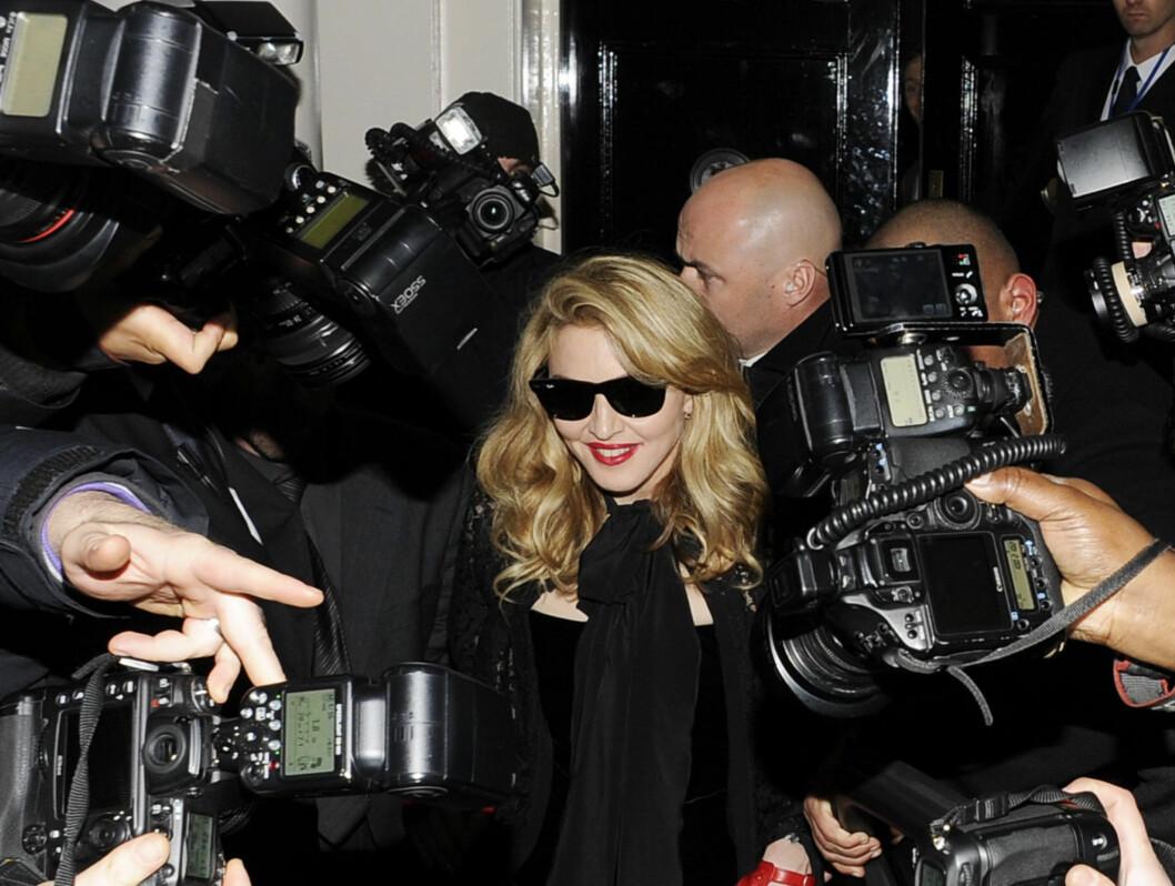 """BLITZREGN: Ingen tvil om at Madonna var kveldens midtpunkt da hun ankom premieren av filmen """"WE"""" i London i går."""