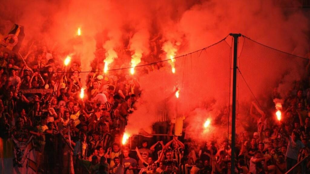 BENGALSKE LYS: Fenerbache-fansen før kampen mot erkerivalen Fenerbache. Kampen ble spilt i Tyskland uten at supporterne lot det legge en demper på stemningen. Foto: SCANPIX