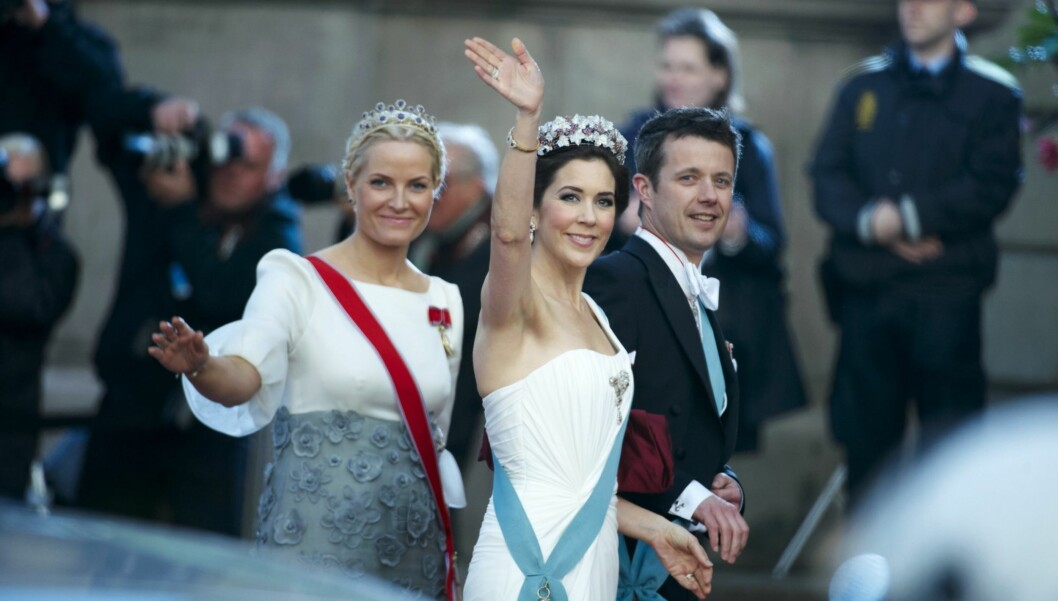 VENNINNER: Mary og Mette-Marit er gode venninner. Her er de to, samt Marys ektemann kronprins Frederik på galla i forbindelse med dronningens 70-årsdag i 2010. Foto: Stella Pictures