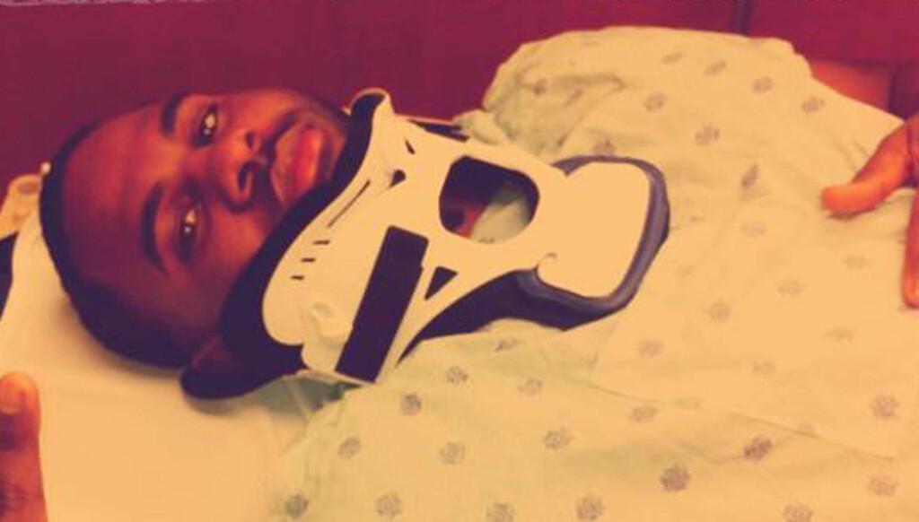 PÅ SYKEHUS: Sangstjernen la ut et bilde av seg selv med nakkestøtte etter ulykken. Foto: STELLA PICTURES