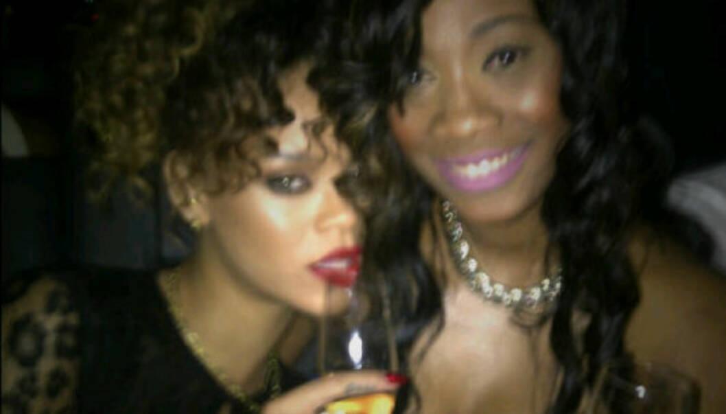 BFFS: Rihanna og Melissa er bestevenner, og kysset hverandre ved midnatt på nyttårsaften i mangel på noen heite mannebein å gjøre det med. Foto: Rihanna/Twitter