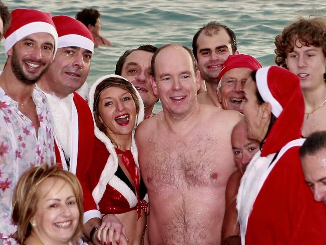 GOD JUL: Slik ser det ut når fyrst Albert deltar på julefeiring på stranda i Monaco. Foto: Stella Pictures