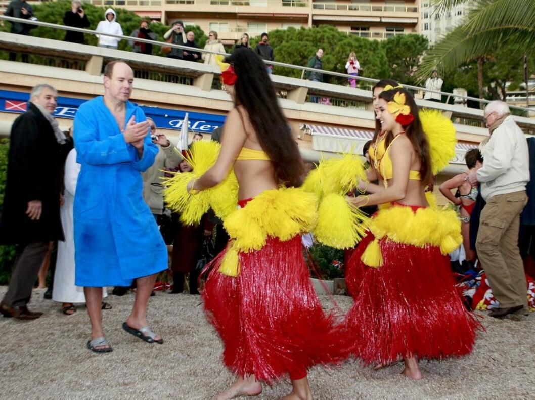 UNDERHOLDNING: Etter endt badedyst ble fyrsten- ikedd badekåpe og strandsko - feiret med eksotiske dansere. Foto: Stella Pictures