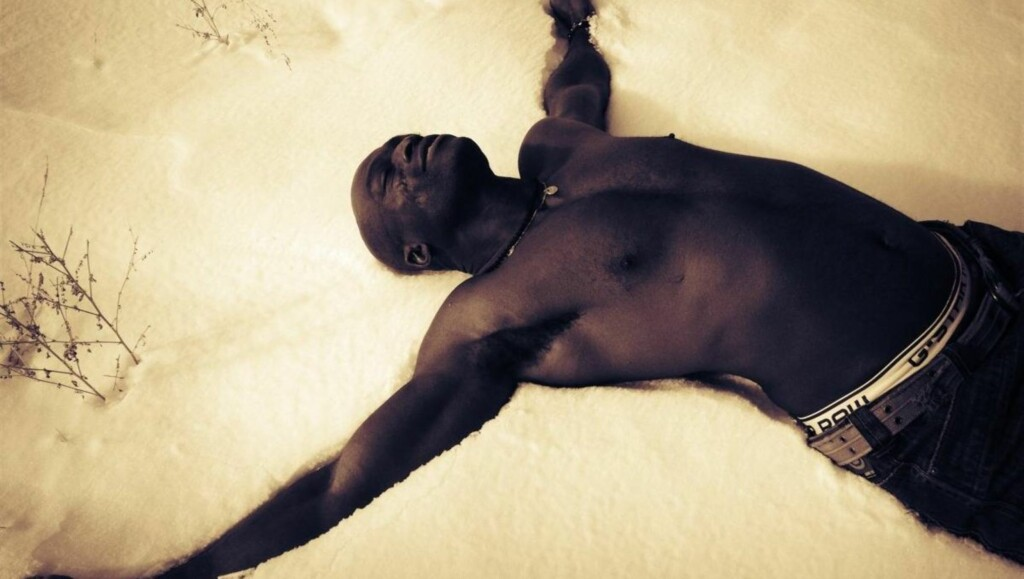 TAPTE VEDDEMÅLET: Derfor måtte stjernen legge seg ned i snøen uten klær på overkroppen. Foto: Twitter/Tadaa