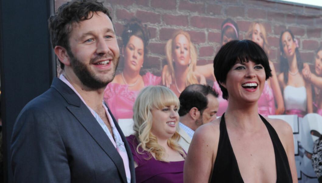GIKK NED PÅ KNE: Komikeren og skuespilleren Chris O' Dowd overrasket kjæresten Dawn Porter med en forlovelsesring i juleferien. Foto: UPI