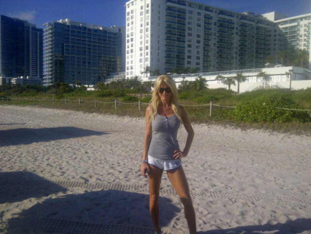 <strong>PÅ JOGGETUR:</strong> Victoria trener av seg julemåltidene med en joggetur på Miamis strender. Foto: Twitter