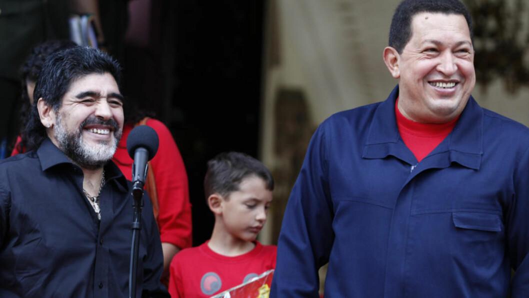 <strong>GAMMEL VENN:</strong> Diego Maradona ble tatt i mot på Venezuela-president Hugo Chavez' Miraflores-palass i Caracas før helgen. Foto: REUTERS/Jorge Silva