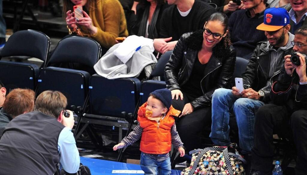 OMSVERMET: Lille Egypt fikk mamma Alicia Keys og pappa Swizz Beatz til å smile da han poserte for fotografene i Madison Square Garden.  Foto: All Over Press